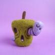 Rotten apple and Worm - Halloween. Un progetto di Character Design, Artigianato, Belle arti, Scultura , e Art To di droolwool - 24.04.2020