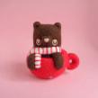 Hot Cocoa Bear. Um projeto de Design de personagens, Artesanato, Artes plásticas, Escultura, To e Art de droolwool - 24.04.2020