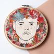 Rodeada de flores. Un projet de Artisanat, Dessin, Illustration de portrait, Broderie , et Dessin de portrait de Yamila Yjilioff - 23.01.2020