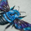 Blue Carpenter Bee. Um projeto de Bordado, Ilustração têxtil e Tecido de Yulia Sherbak - 26.11.2020