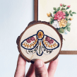 Mariposa Folk bordada en disco de madera. Un proyecto de Artesanía, Bordado y Carpintería de L´ABU studio - 20.05.2021