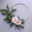 Paper flower hoop wreath: 2 white flowers. Um projeto de Artesanato, Papercraft e Decoração de interiores de Eileen Ng - 21.07.2020