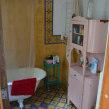 baño y ante baño con baldosas calcáreas en pared y piso. Un proyecto de Arquitectura de Juan Manuel Rossi - 04.05.2020