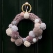 A Wintery Pompom Wreath. Un proyecto de Artesanía de Christine Leech - 09.01.2021