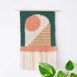 Tapiz Peeking Moon. Un proyecto de Artesanía, Ilustración textil, Tejido, DIY y Crochet de Flor Samoilenco - 11.02.2021