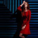 Editorial - Red in blue. Un progetto di Fotografia, Ritocco fotografico, Fotografia di moda, Fotografia di ritratto, Illuminazione fotografica , e Fotografia digitale di Miriam Eme - 10.02.2019