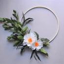 Paper flower hoop wreath: 2 white flowers. Un proyecto de Artesanía, Papercraft y Decoración de interiores de Eileen Ng - 21.07.2020