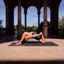 Yoga en la calle - @procesoresiliente. Un proyecto de Fotografía, Fotografía de retrato, Fotografía en exteriores y Fotografía para Instagram de Andres Oropeza Marrero - 18.09.2020
