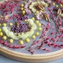 "Flowers on tulle embroidery 8"" hoop. Um projeto de DIY, Bordado e Design floral e vegetal de Olga Prinku - 27.09.2021"