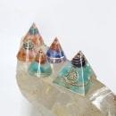 Conos y Pirámides en resina - con piedras semipreciosas y almbres de joyeria. Um projeto de Artesanato de Viviana Puebla - 17.10.2021