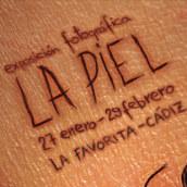 La Favorita: Cartel exposición La Piel. Um projeto de Design e Publicidade de Paco Mármol - 05.06.2012