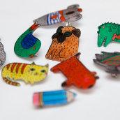 Shrink plastic handpainted brooches. Um projeto de Ilustração, Artesanato, Design de joias e Design de brinquedos de Oxana Kostromina - 04.06.2014