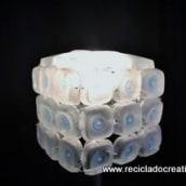 Lámpara con 45 botellas de plástico pequeñas - Reciclado, reciclaje, upcycling. Um projeto de Artesanato de Rosa Montesa Reciclado Creativo - 06.11.2015