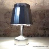 Lámpara con una cafetera italiana - Reciclado, reciclaje, upcycling. Um projeto de Artesanato de Rosa Montesa Reciclado Creativo - 06.11.2015