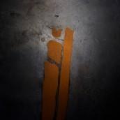 """""""Cenotafio"""" Obra que trata sobre los rieles de tren que fueron empleados por la dictadura cívico-militar de Augusto Pinochet, para hacer desaparecer cuerpos de ejecutados políticos al lanzarlos al mar.. Un projet de Art conceptuel de Cristian Maturana Ortiz - 10.11.2017"""