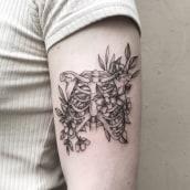 Flowers and bones. Un projet de Conception de tatouage de Vitória Vilela - 27.04.2020