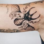 Tatuaje escarabajo floral. Un proyecto de Ilustración, Dibujo, Diseño de tatuajes, Ilustración botánica e Ilustración con tinta de Núria Galceran - 25.05.2020
