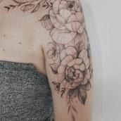 Tatuaje floral. Un proyecto de Ilustración, Dibujo, Diseño de tatuajes, Ilustración botánica e Ilustración con tinta de Núria Galceran - 26.05.2020