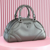 Vogue x Prada. A 3D, Fashion, and 3d modeling project by CESS - 11.24.2020