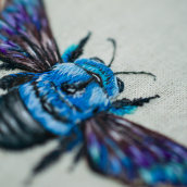 Blue Carpenter Bee. A Embroider, Textile illustration, and Fiber Arts project by Yulia Sherbak - 11.26.2020