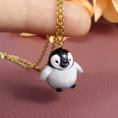 Penguin Necklace in Polymer Clay. Un progetto di Belle arti, Design di gioielli , e Scultura di Marisa Clemente - 02.12.2019