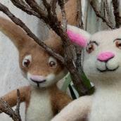 Mr. Hare and Ms. Rabbit. Needle Felting.. Un proyecto de Diseño de personajes, Artesanía, Diseño de juguetes, Animación de personajes y Art to de Edson Mito - 01.04.2021