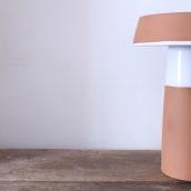 Lámpara Barbutina - Luminaria de sobremesa de cerámica torneada a mano. Un proyecto de Diseño, Artesanía, Diseño de muebles, Diseño industrial, Diseño de iluminación, Diseño de producto y Cerámica de VO Estudi - 03.05.2021