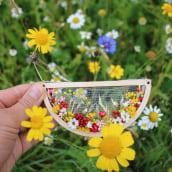 Dried flowers on tulle embroidery necklace . Um projeto de Artesanato, Moda, Design de joias, Criatividade, Concept Art, Ilustração botânica e Design floral e vegetal de Olga Prinku - 19.10.2021
