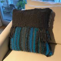 Mi Proyecto del curso: Técnicas básicas de knitting y crochet/Cojín para  mi sala. A Fiber Arts project by Miriam Valverde - 01.20.2020