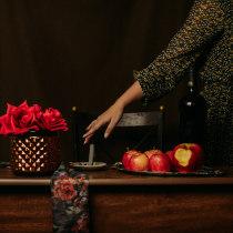 A menina da maçã vermelha, um ensaio sobre o adeus . Um projeto de Fotografia artística e Narrativa de ingravalequeiroztadaiesky - 11.08.2020