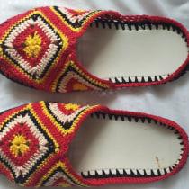 Crochet sobre pantuflas recicladas. A Fashion, Fashion Design, Fiber Arts, DIY, Upc, cling, and Crochet project by Claudia Bolaños - 09.08.2020