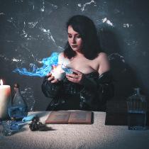 The Final Alchemist. A Fashion photograph, Concept Art, Fine-art photograph, and Self-Portrait Photograph project by Laura Bowler - 03.24.2021