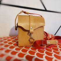"""Mi Proyecto del curso """"Creación de Bolsos de Cuero artesanales"""" : Crossbody Bags - Dos bolsitos Bandolera. Um projeto de Artesanato e Design de produtos de Matias Santiago Godoy - 18.04.2021"""