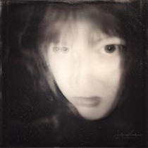My project in Fine Art Self-Portrait Photography course. Um projeto de Fotografia, Pós-produção, Retoque fotográfico, Fotografia de retrato, Fotografia de estúdio, Fotografia artística, Fotomontagem e Autorretrato fotográfico de Litonya Knelsen - 23.05.2021