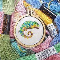 My project in Miniature Needlework: chameleon. Um projeto de Design de joias, Bordado e Ilustração têxtil de Isidora Schorr - 27.07.2021