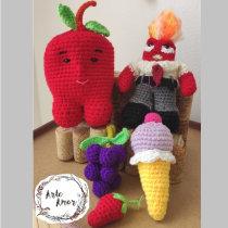 familia de personajes con ganchillo. Un proyecto de Artesanía, Diseño de juguetes, Tejido, Crochet y Amigurumi de Adry Olmos - 06.09.2021
