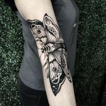 Tatuaje Polilla dinámico. Un proyecto de Diseño de tatuajes e Ilustración de Polilla Tattoo - 16.07.2019