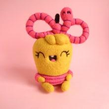 Pommie and her friend Worm bow. Un proyecto de Diseño de personajes, Artesanía, Bellas Artes, Escultura y Art to de droolwool - 19.03.2020