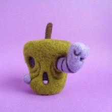 Rotten apple and Worm - Halloween. Un proyecto de Diseño de personajes, Artesanía, Bellas Artes, Escultura y Art to de droolwool - 24.04.2020