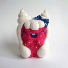 Whippa, Strawberry girl with whipped cream hair.. Un proyecto de Diseño de personajes, Artesanía, Bellas Artes, Escultura y Art to de droolwool - 24.04.2020