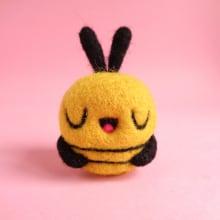 Tiny Toy - Bee. Un proyecto de Diseño de personajes, Artesanía, Bellas Artes, Escultura y Art to de droolwool - 25.05.2020