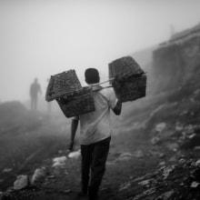 Trabajadores de la mina de azufre Ijen. A Fotografie und Dokumentarfotografie project by João Paulo Porto - 28.06.2020