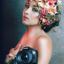 Autoportrait . Un proyecto de Fotografía, Retoque fotográfico, Fotografía de moda, Fotografía de retrato, Iluminación fotográfica, Fotografía de estudio, Fotografía digital, Fotografía artística y Composición fotográfica de Lhia Farfalla - 21.09.2020