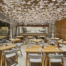 Nozomi Sushi Bar. A Innenarchitektur, Innendesign, Dekoration von Innenräumen und Innenarchitektur project by Masquespacio - 05.12.2016