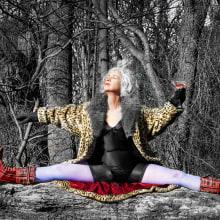 Eloise summoning the sun Gods. A Fotografie, Porträtfotografie, Fotografische Komposition und Fotografisches Selbstporträt project by Sonja Robson - 31.01.2021
