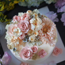 Buttercream Flower Cake & Cupcake. A Design, Crafts, Cooking, and Creativit project by kflowercake - 07.18.2021
