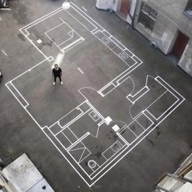 Arquitecto traza sus planos a escala real