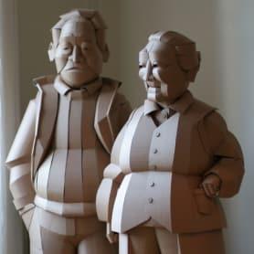 Warren King y sus realistas esculturas de cartón