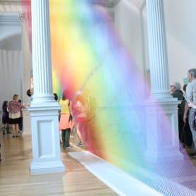 Gabriel Dawe crea arcoíris con hilo y sin agua
