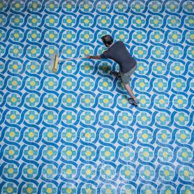 Javier de Riba, un maestro en el arte de pintar suelos hidráulicos